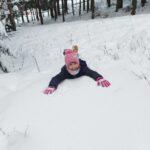 Zima - dziecko na śniegu