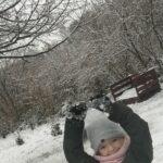 Dziecko bawiące się śniegiem