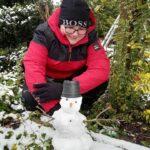 Dziecko i śniegowy bałwanek