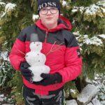Dziecko z małym śniegowym bałwankiem
