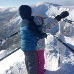 Zima w górach - dzieci na tle gór