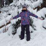 Zima - dziecko stojące na śniegu