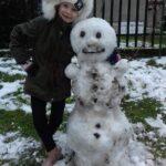 Zima - dziecko ze śniegowym bałwanem