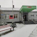 Padający śnieg przed wejściem do szkoły