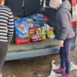 Bagażnik samochodu wypełniony darami