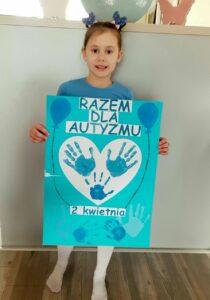 Dziewczynka z niebieskim plakatem - Razem Dla Autyzmu