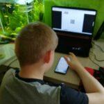 Uczeń rozwiązuje zadanie z kodu QR