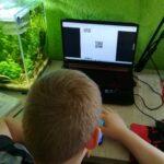 Uczeń przy komputerze - kody QR