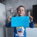 Uczeń z niebieskim rysunkiem - ryby