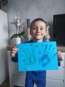 Uczeń z niebieskim rysunkiem - dłonie