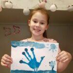 Uczennica z rysunkiem na niebiesko