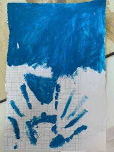 Niebieskie niebo i dłoń