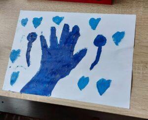 Niebieski rysunek - dłoń, balony serca,