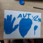Niebieski rysunek - dłoń, balon serce