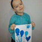 Dziewczyna z pracą na niebiesko -dłoń, balony , serce, słoneczko