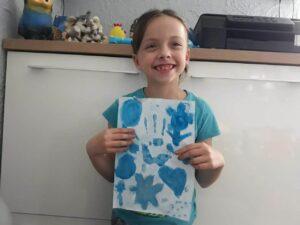 Uczennica z niebieskim rysunkiem dłoń, serce, kwiaty