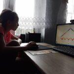 Uczennica przy komputerze - praca pikselki