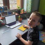 Uczeń przy laptopie