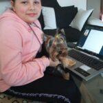 Uczennica przy laptopie