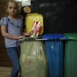 Segregowanie przez uczennice śmieci
