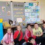 Uczniowie przy wystawie