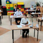 Uczniowie klasy VIII przed egzaminem
