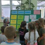 dzieci oglądają gazetkę o akcji