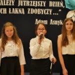 dziewczęta z klasy VIII śpiewają piosenkę