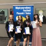 Uczennica kl. VII b z dyplomem i 3 uczestniczkami konkursu